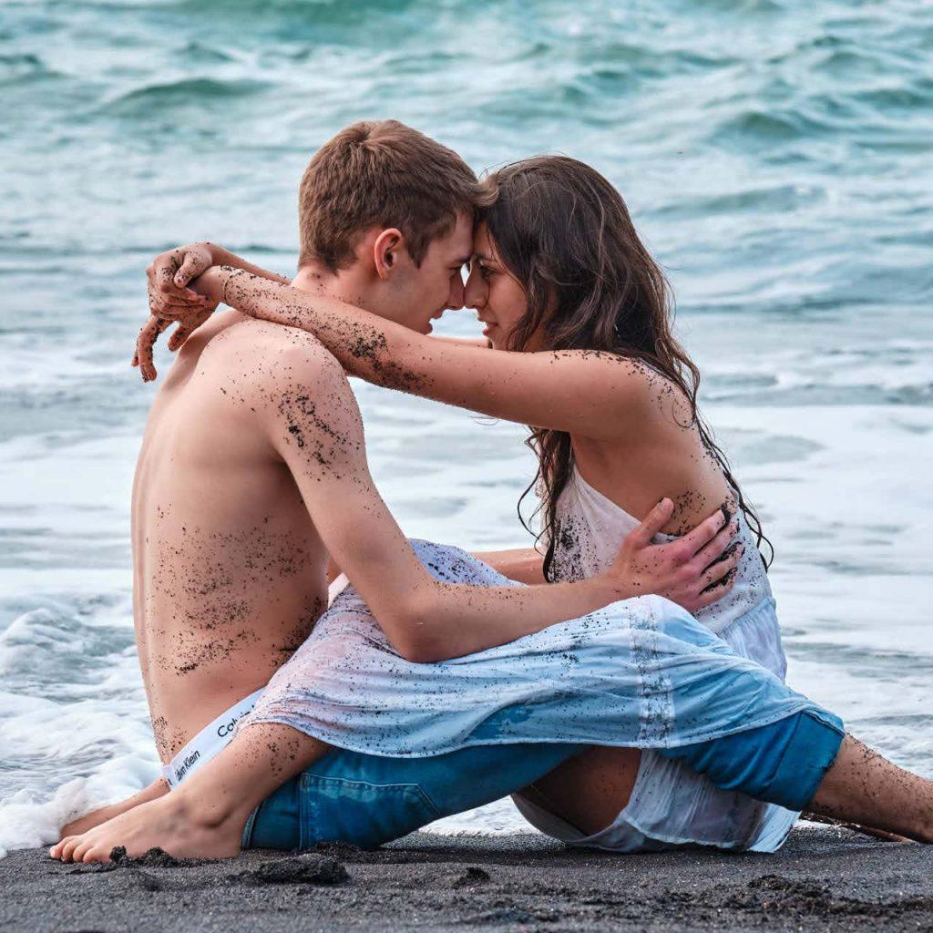 Pärchen genießt Sommer Sonne Strand und Meer in Puerto de la Cruz auf Teneriffa