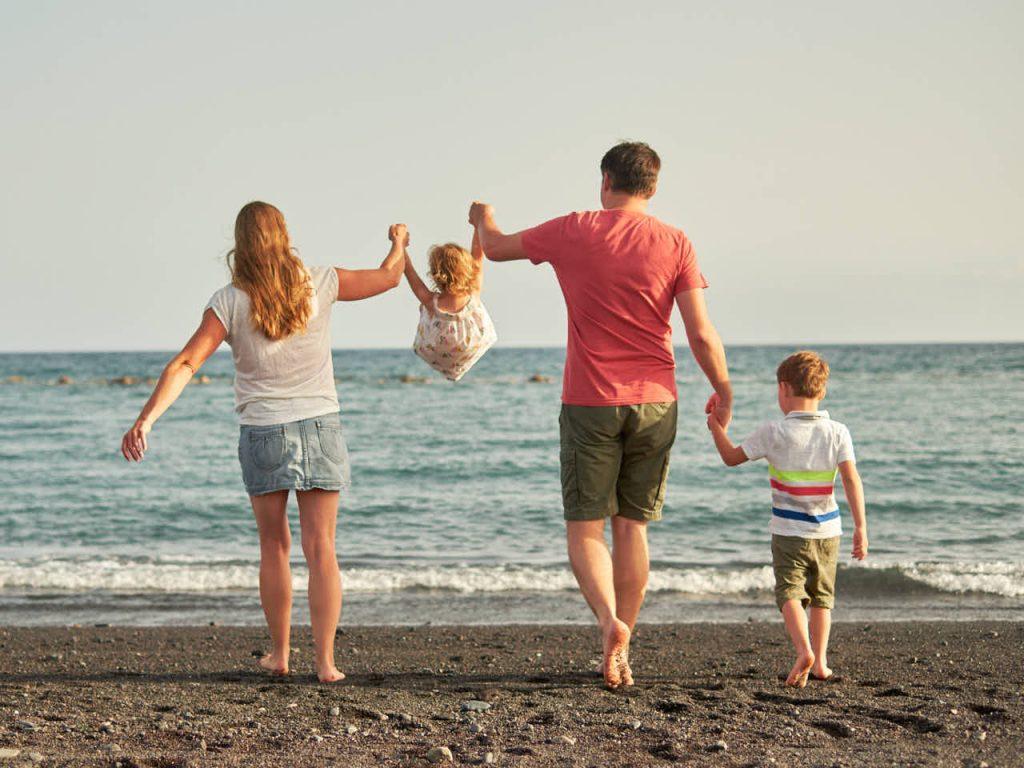 Vater Mutter und Kinder haben Freude beim Shooting in den Ferien mit Ela & Chris